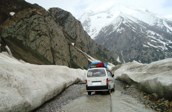 A tourist taxi crossing Zoji La - Photo: Shams Irfan