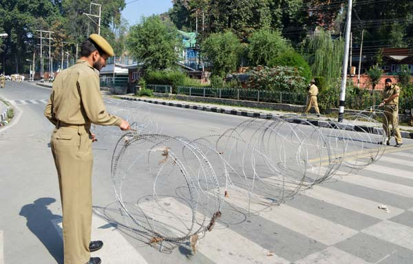 Wire Wrap: To prevent dissidence to beckon at UN office in Srinagar's Sonwar locality, cops laid wires on roads to hamper the incoming dissidence.