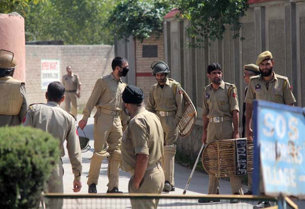 Security Surge: Limbs of law were also assembling near Geelani's residence in Hyderpora to counter the incoming protestors.