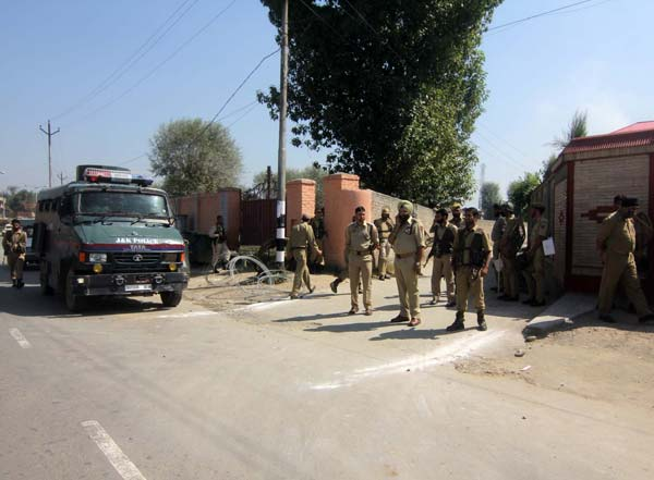 Cornered Corporal: Far from the hush of Sonwar, the alleys leading to the residence of Hurriyat (G) leader, Syed Ali Geelani in Srinagar's Hyderpora were already blocked by government forces to prevent him to move ahead with his program.