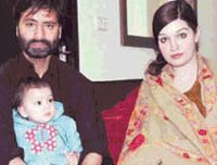 Yasin-with-daughter-and-wife-Mashaal