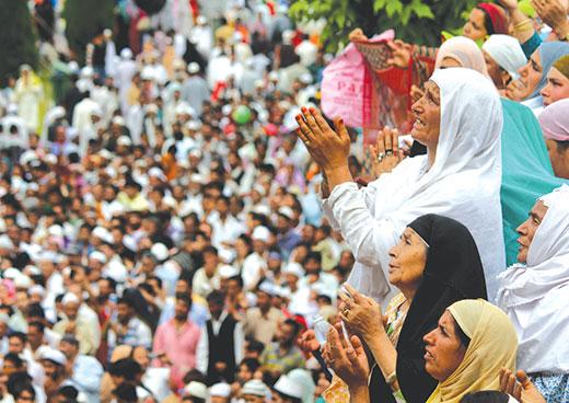 Kashmir-Women-at-Hazratbal