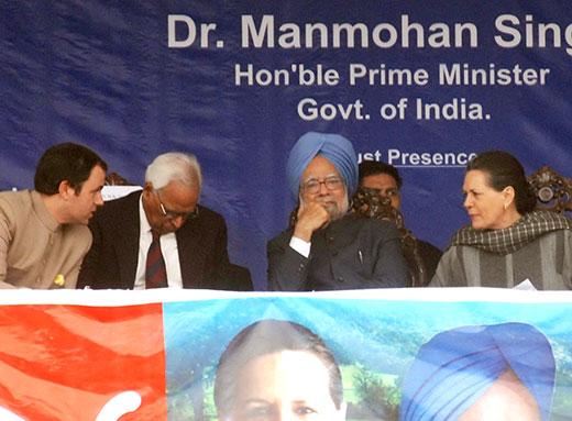 Manmohan-Singh-Sonia-Gandhi-on-Kashmir-Visit