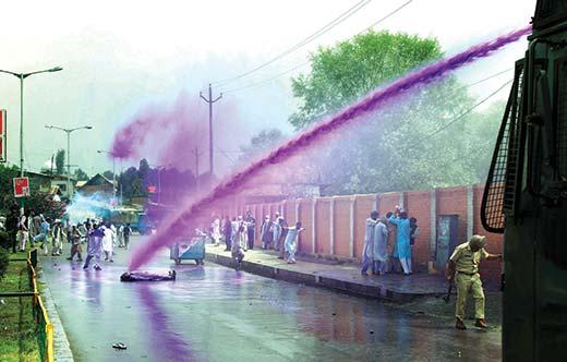 Police-stops-tehreek-hurriyat-workers