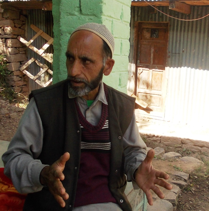 Mohammad Sadiq Awan recounting his quake account in Pandian (Photo: Irshad A Khawaja/KL)