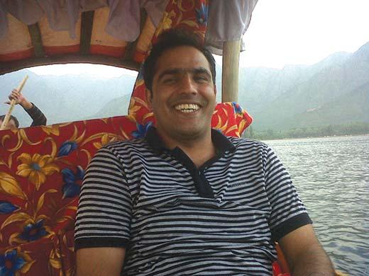 SI-Altaf-Dar-enjoying-shikara-ride-in-dal-lake