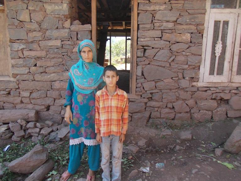 Abid Zalzala with her mother in Uri. (Photo: Irshad A Khawaja/KL)