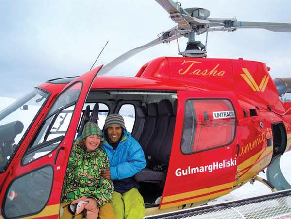 Gulmarg-Helicopter-Skiing-Billa-Bakshi-with-a-tourist
