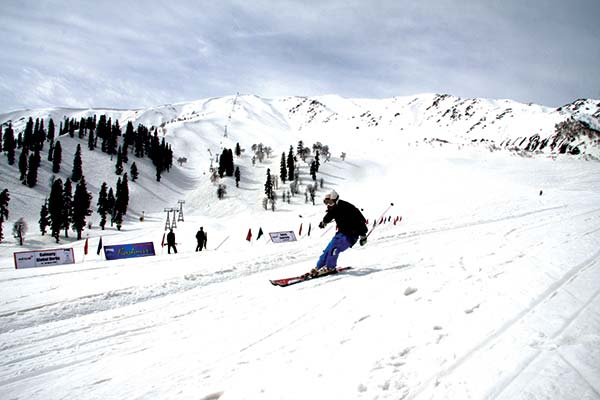 Skiing-in-Gulmarg