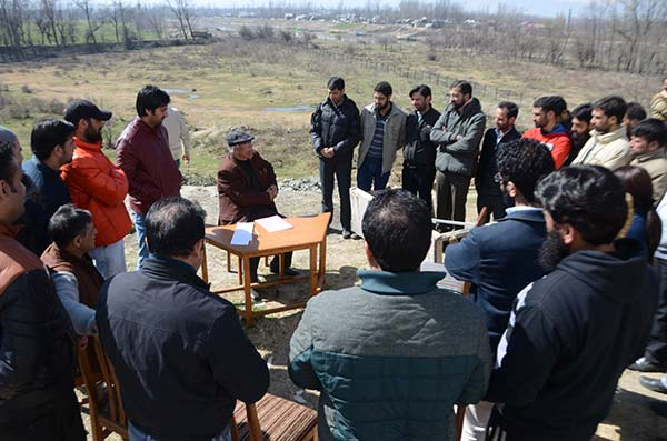 Bracing up: EDI team holding a meeting in open post encounter